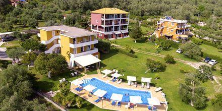 Pool och trädgård på hotell Aristidis Garden i Parga.