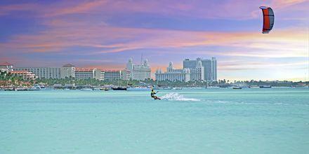 Att nöje i Aruba är att prova kite-surfing. Du kan också åka på casino och shoppa.