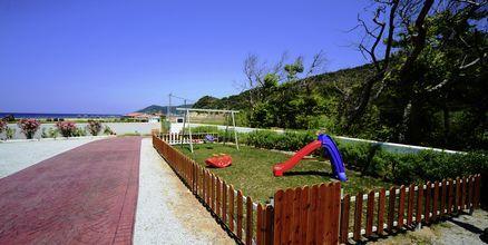 Liten lekplats vid Aselinos Villa på Skiathos