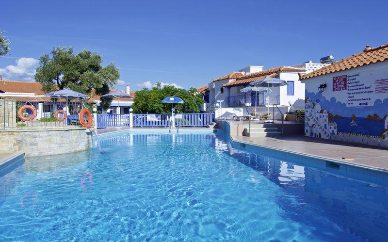 Poolområdet på lägenhetshotell Aspres i Votsalakia, Samos.