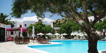 Poolområdet på hotell Astron, i Karpathos stad, Grekland.