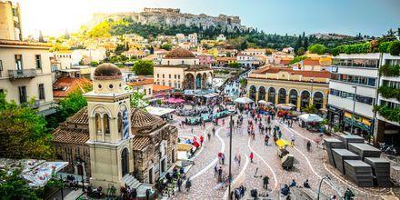 Det myllrande torget Monastiraki i Aten, Grekland.
