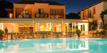 Poolen och restaurangen på hotell Athos på Lefkas.