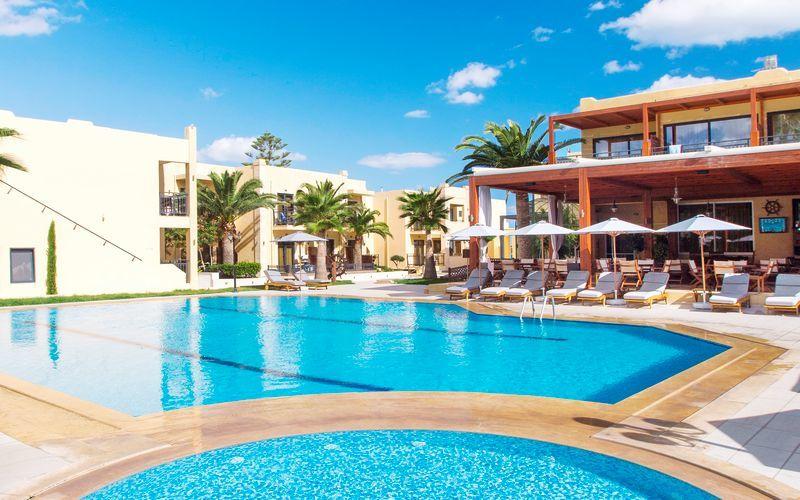Pool på hotell Atlantis Beach i Rethymnon, Kreta.