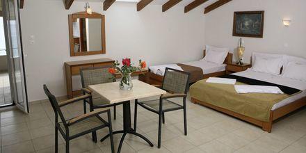 Enrumslägenhet med tre ordinarie bäddar på hotell Atlon i Vrachos, Grekland.