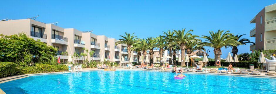 Poolområdet på hotell Atrion i Agia Marina på Kreta, Grekland.
