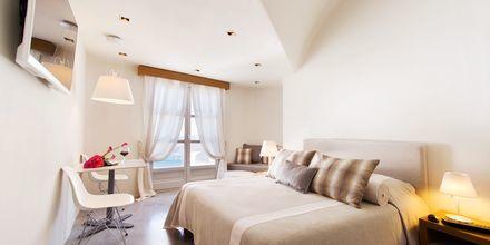 Deluxerum på Avaton Resort & Spa på Santorini, Grekland.