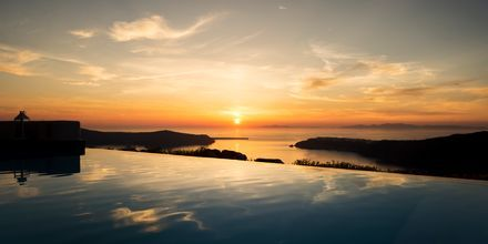 Solnedgång vid Avaton Resort & Spa på Santorini, Grekland.