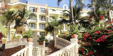 Hotellet ligger inbäddat i härlig grönska.