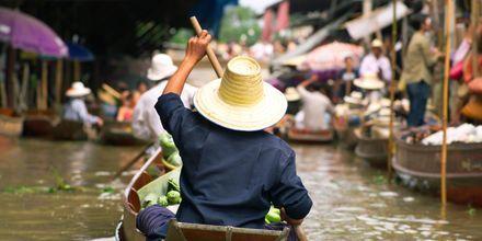 Den flytande marknaden utanför Bangkok.
