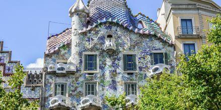 Gaudís Casa Batllo ligger på en av Barcelonas aveny Passeig de Gracia.