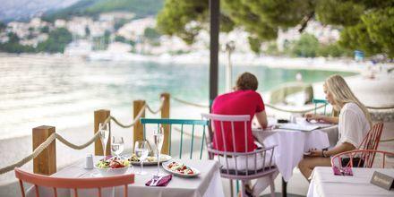 Längs Makarska rivieran finns flera små badorter med mysiga serveringar.