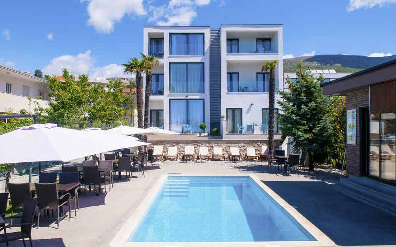 Poolen på hotell BB i Podstrana i Kroatien.