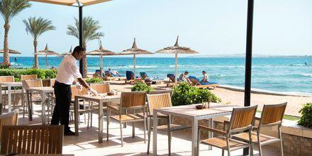 Njut av god mat med utsikt över havet på hotell Beach Albatros Resort i Hurghada, Egypten.