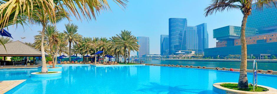 Poolområde på hotell Beach Rotana Abu Dhabi i Förenade Arabemiraten.