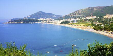 Vy över den långa stranden i Becici, Montenegro.