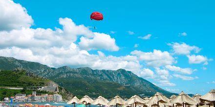 Fallskärmssegling, parasailing, är en av de aktiviteter man kan göra i Becici.