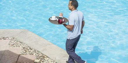 Servering vid poolen på hotell Bella Vista i Hurghada, Egypten.