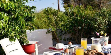 Frukostservering på hotell Bella Vista på Samos, Grekland.