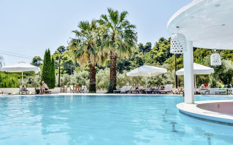 Poolområde på hotell Belvedere i Achladies på Skiathos.