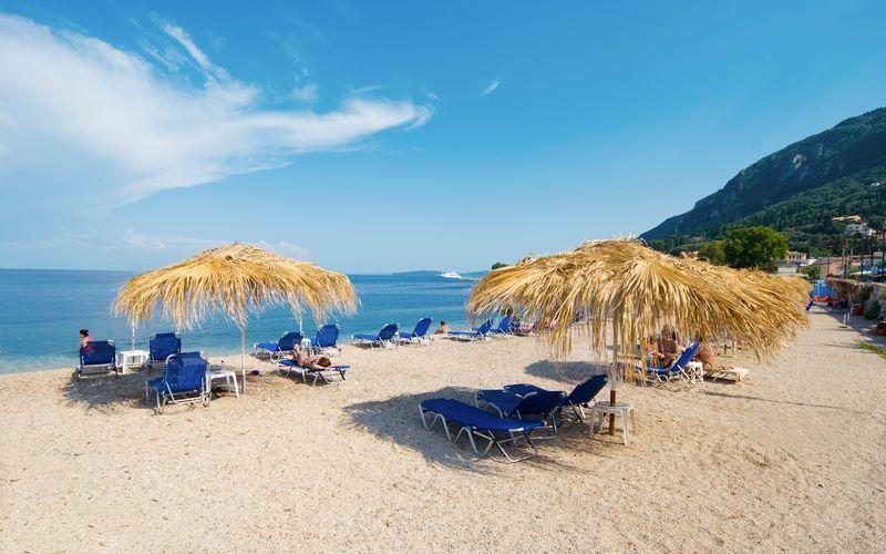 Stranden vid hotell Potamaki Beach i Benitses på Korfu, Grekland.
