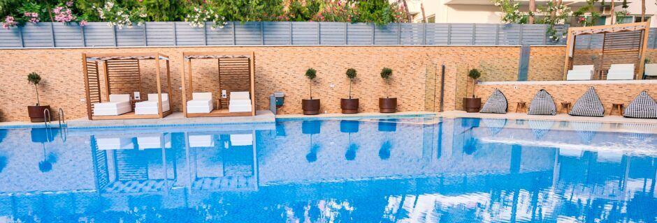 Poolområde på hotell Bio i Rethymnon stad på Kreta.