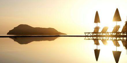 Solnedgång över poolen på hotell Blue Dome i Platanias, Kreta.