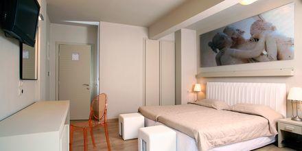 Dubbelrum på hotell Bourtzi i Skiathos stad, Grekland.