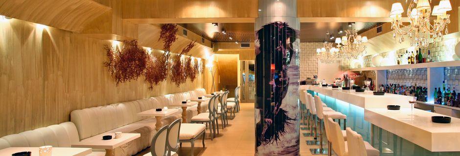 Bar på hotell Bourtzi i Skiathos stad, Grekland.
