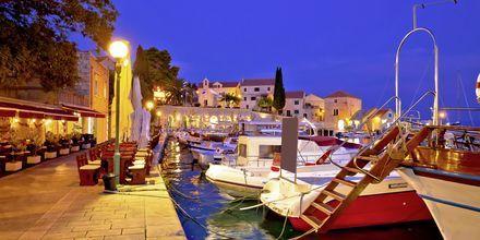 Hamnpromenad i Brac, Kroatien.