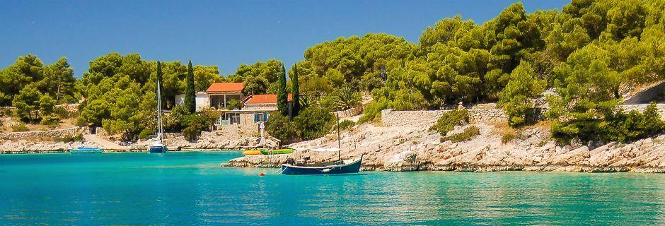 Kristallklart vatten i Brac, Kroatien.