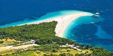 Zlatni Rat-stranden ligger någon kilometer väster om Bol på Brac.