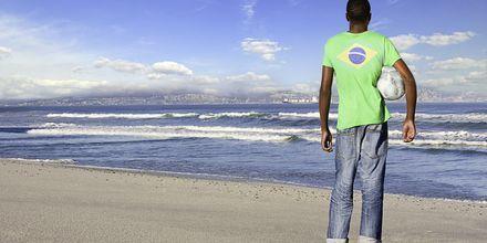 Fotboll är nationalsport i Brasilien och spelas överallt, gärna på stränderna.