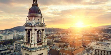 Solnedgång över hustaken i Budapest.