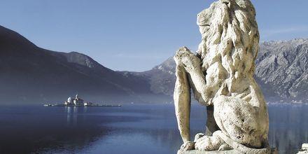 I Kotor Bay står pampiga statyer precis vid havet.
