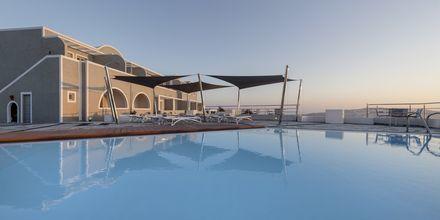 Poolområde på Caldera's Dolphin Suites på Santorini, Grekland.