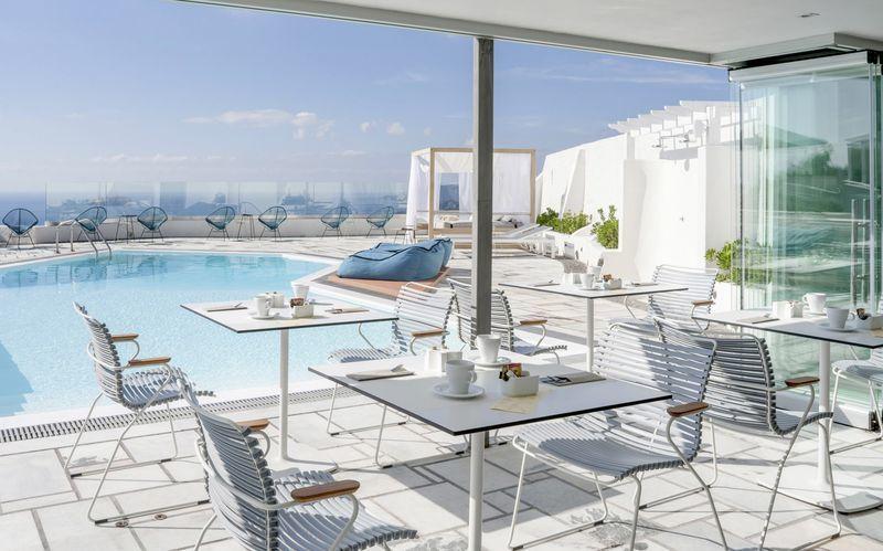 Restaurang och poolområde på Caldera's Dolphin Suites på Santorini, Grekland.
