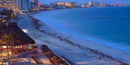 Stranden i Cancun, Mexiko, på kvällen.