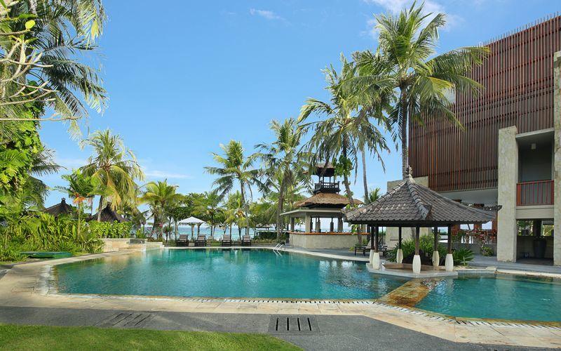 Poolområde på Candi Beach Resort & Spa i Candi Dasa, Bali.