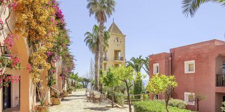 Klocktornet på hotell Candia Park Village i Agios Nikolaos på Kreta.