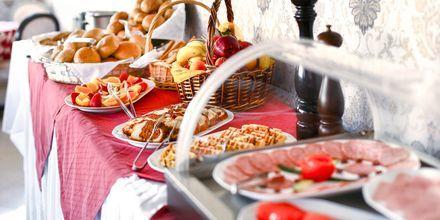 Frukostbuffé på hotell Captain Stavros på Lefkas, Grekland.