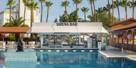 Poolbar på hotell Cavo Maris Beach i Fig Tree Bay, Cypern.