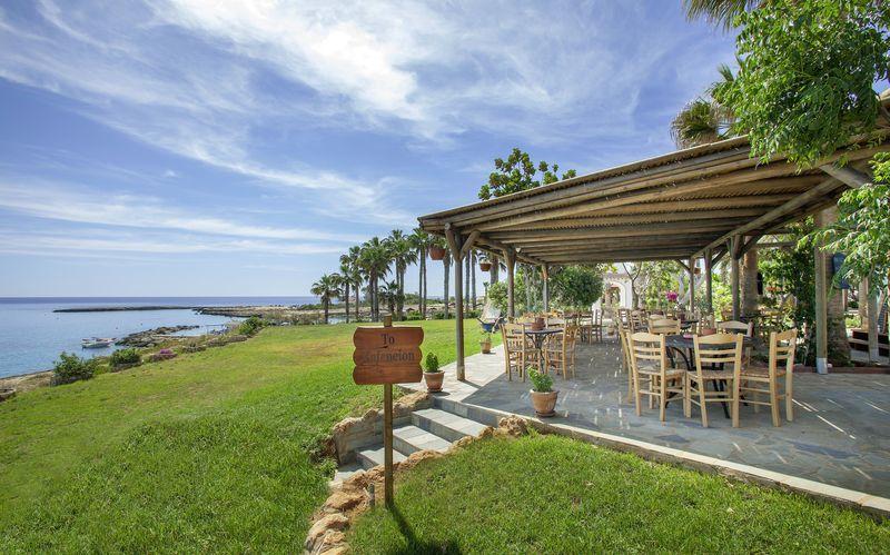 Kafenion på hotell Cavo Maris Beach i Fig Tree Bay, Cypern.