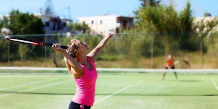 Tennisbana på hotell Cavo Spada Deluxe & Spa, på Kreta, Grekland.
