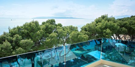 Balkongutsikt på hotell City Beach på Makarska rivieran, Kroatien.