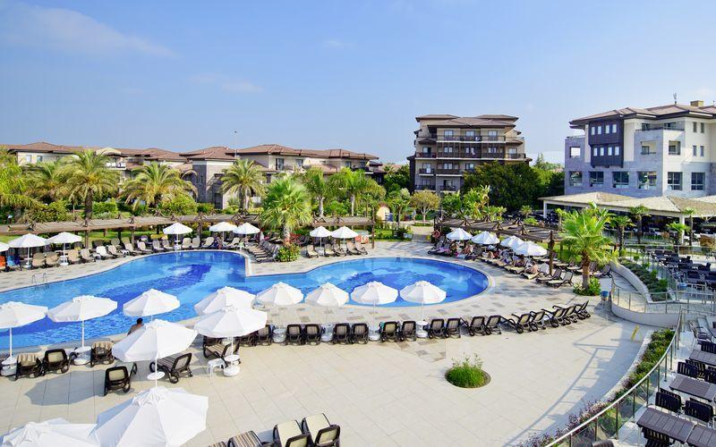 Poolområdet på hotell Club Calimera Serra Palace i Turkiet.