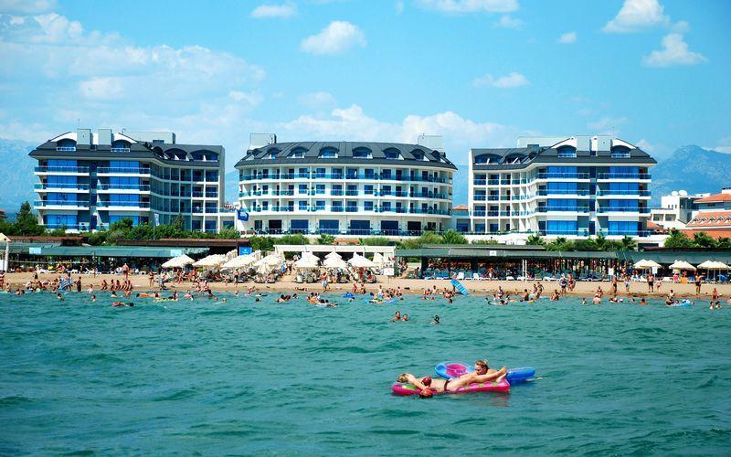 Stranden vid hotell Commodore Elite Suites & Spa i Side, Turkiet.