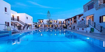 Poolen på hotell Contaratos Beach på Paros, Grekland.