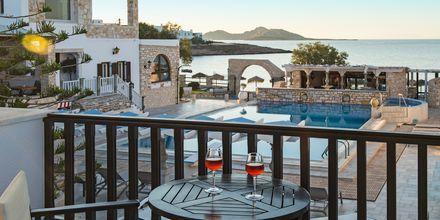 Balkong i dubbelrum på hotell Contaratos Beach på Paros, Grekland.