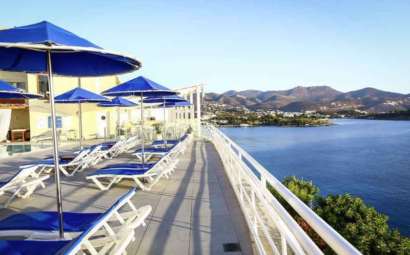 Poolområde på hotell Coral i Agios Nikolaos på Kreta, Grekland.